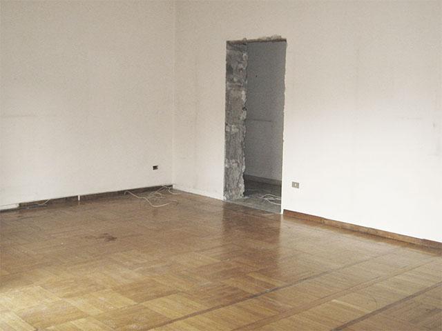 9. Rimozione dell'imbotte e della porta in legno della zona giorno: lavori in corso.