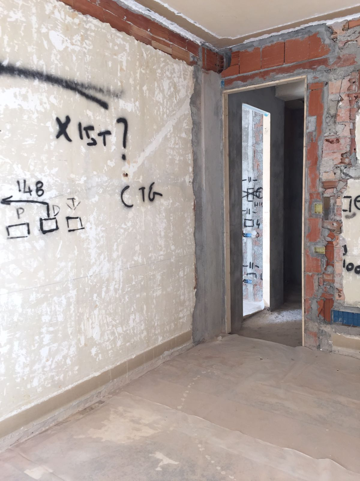 9. Tracciamento impianto elettrico a parete: lavori in corso.