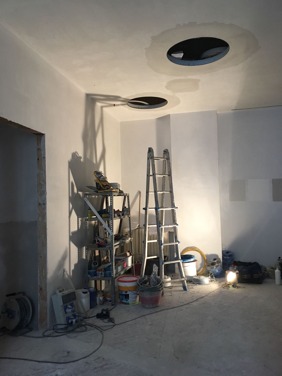 12. Demolizioni dei rivestimenti ceramici: lavori in corso.