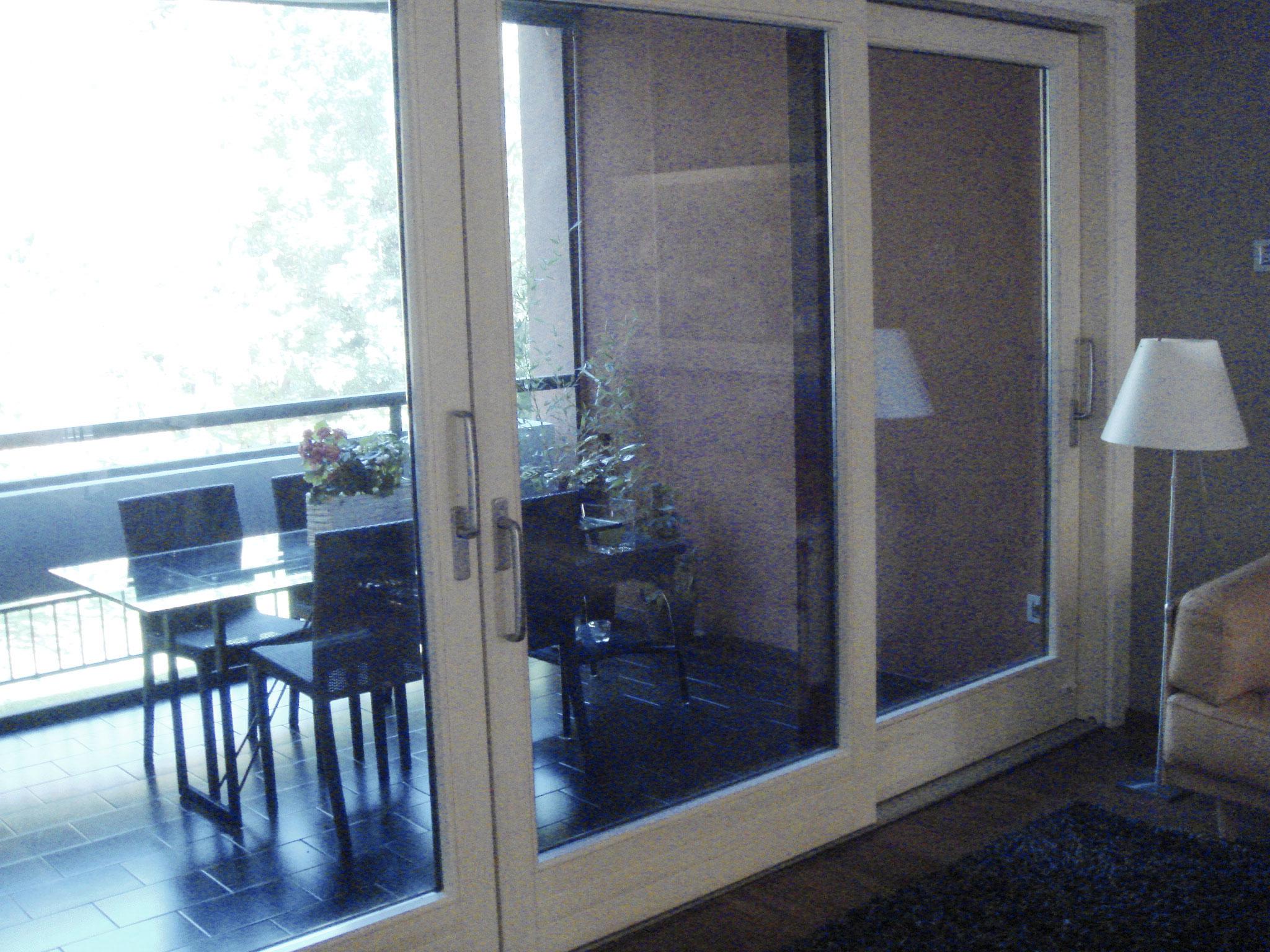 9. Separazione zona giorno dalla loggia esterna con porte finestre ad ante scorrevoli: lavori ultimati.